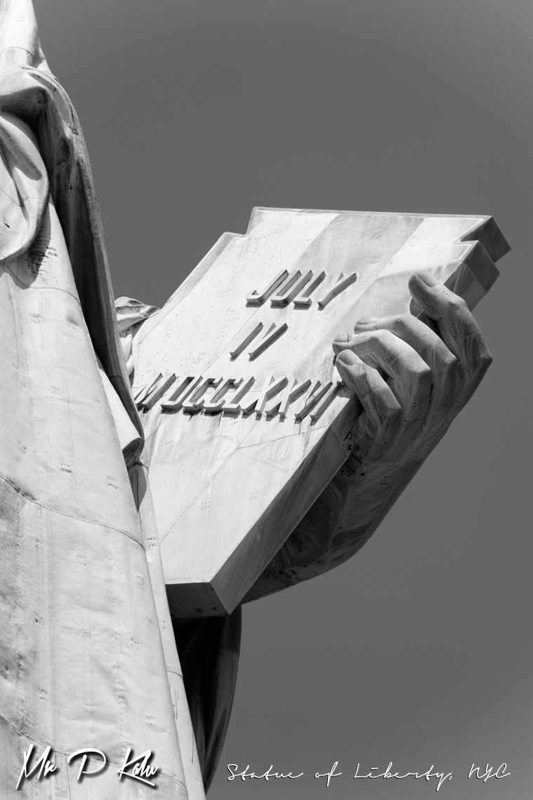 Statue-of-liberty-holding-declaration-of-Independence-in-left-hand-black-and-white-view