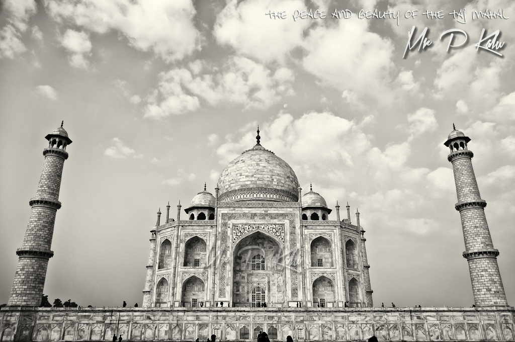 Taj-Mahal-front-view-in-black-and-white