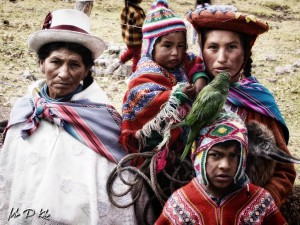 Descendants-of-the-Inca-dressed-in-bright-shawls